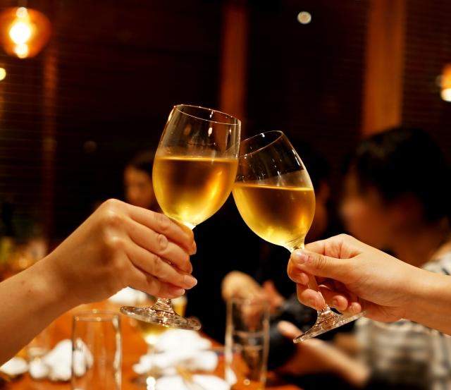 乾杯の時に相手よりグラスを下げる!?謎のマナーの効果を考えてみる ...